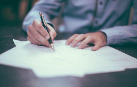 ¿Cuándo se debe suscribir un contrato con un mantenedor externo según el RITE?